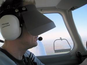 Piloto volando con hodd de instrumentos